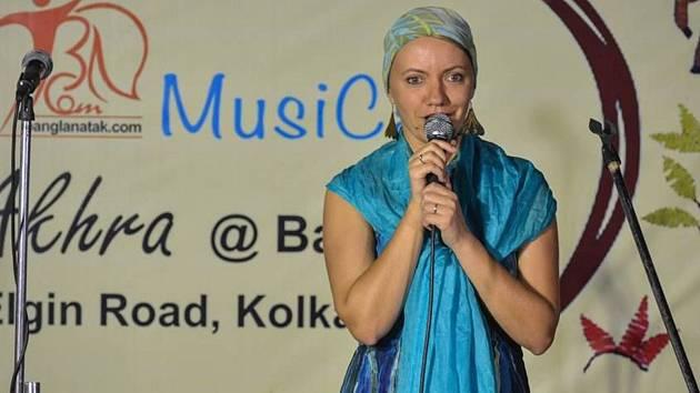 Milli Janatková složila vítěznou píseň Buoh v Indii během úspěšného turné. Klip byl pak natočen v Západním Bengálsku.