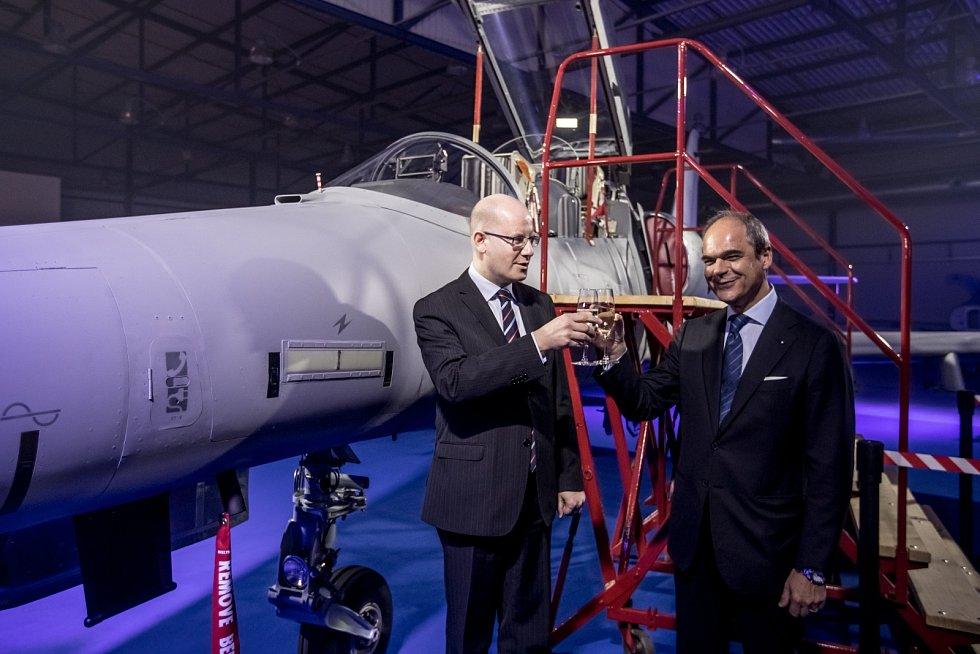 Nový letoun L-159 představila společnost Aero Vodochody 31. března ve svém areálu v Odoleně Vodě u Prahy. Zleva premiér Bohuslav Sobotka a prezident Aera Vodochody Giuseppe Giordo.