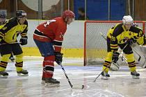 Hokejisté Mělníka (ve žlutém) navázali na sérii vítězných zápasů z přípravy a v prvním mistrovském utkání porazili Poděbrady.