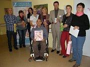 Kroužek ručních prací Klubíčko při klubu důchodců z Neratovic věnoval výsledek své několikaměsíční aktivity neonatologickému oddělení Nemocnice Neratovice.