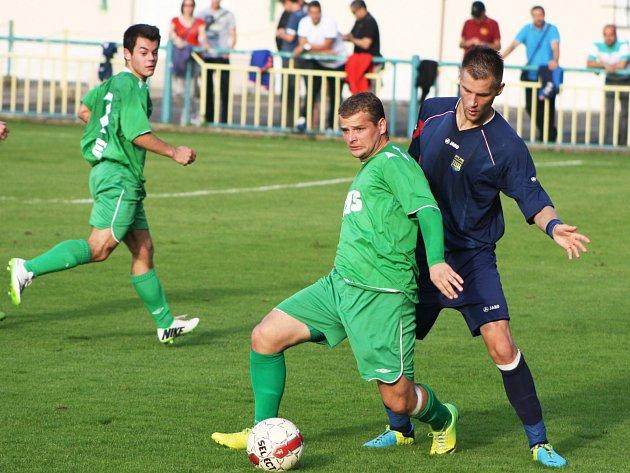 Slavoj Žatec (v zeleném) - FK Neratovice/Byškovice (0:5); 8. kolo divize B; 28. října 2014