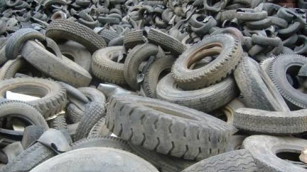 PNEUMATIKY. Černá kádka za bývalou čistírnou odpadních vod  na Hadíku musí ze soukromého pozemku zmizet nejpozději do pátku.