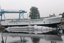 Spouštění lodě na vodu je organizačně i technicky náročná záležitost. Nejprve je nutné odstranit klíny, na kterých loď sedí, a poté přeřezat ocelová lana, která ji drží na břehu. Samotné spouštění už pak je pouze záležitostí několika vteřin.