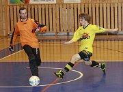 Martin Tetiva z AFC Kralupy z této akce na brankáře Bělé Vernera nevyzrál.
