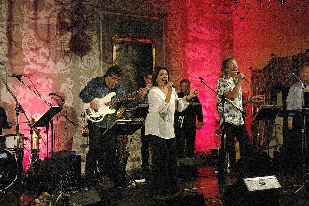 Vrámci třídenních sametových oslav, které probíhaly na mělnickém zámku, zazpívala vsobotu legendární zpěvačka Marie Rottrová.