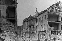 Ve zuboženém stavu byla po náletu i Husova ulice, ústící do Palackého náměstí (na jejím konce je pobočka České spořitelny).