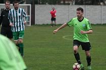 Fotbalisté Sokola Tišice (v pruhovaném) porazili ve 14. kole okresního přeboru Viktorii Všestudy 1:0.