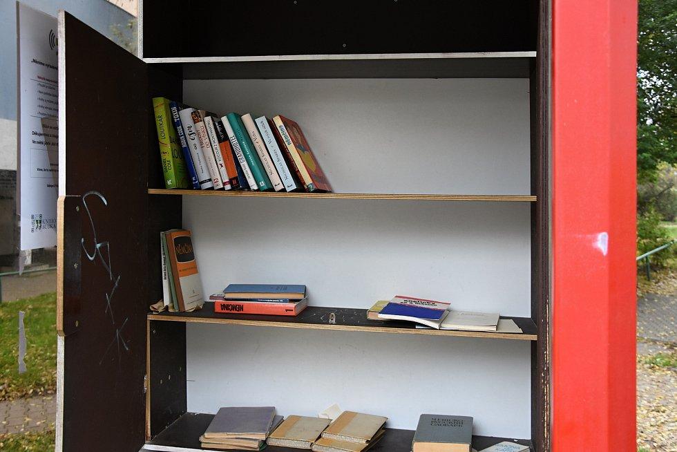 Veřejné miniknihovničky zůstávají volně přístupné i v době, kdy veřejné knihovny mají zavřeno v rámci opatření proti šíření kororonaviru. Na snímcích knihovnička na nádraží v Libčicích nad Vltavou a knihobudka na krčském sídlišti v Praze.