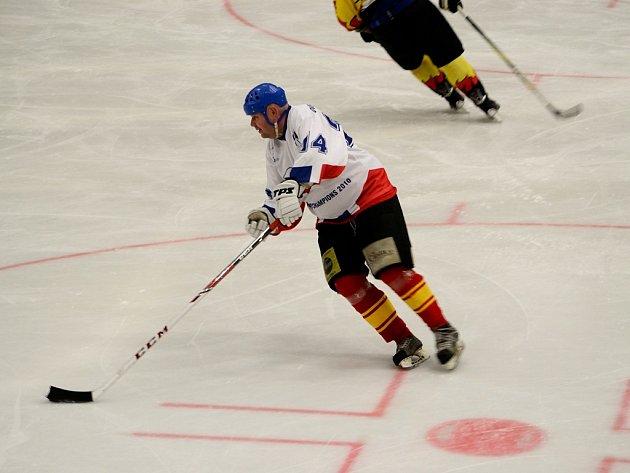 NOVOU SEZONU zahájili hokejisté Mělníka slavnostně exhibičním utkáním legend –  VTJ Mělník 1985 proti staré gardě. Na závěr musely rozhodnout samostatné nájezdy, protože v základní hrací době byl výsledek 7:7. Nájezdy dopadly vítězně pro VTJ.