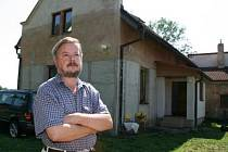 Na domu Václava Procházky (na snímku) je vidět, kam až v roce 2002 sahala voda.