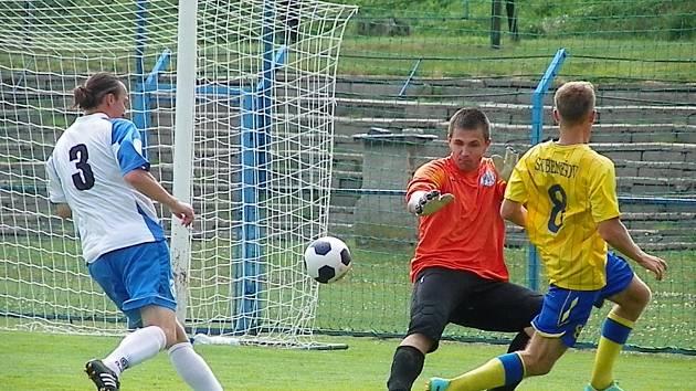 Benešovský Čapek sice překonal brankáře Kratochvíla, ale míč skončil vedle. Z Libiše přišel pozdě bránit Trojan.
