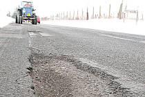Poničená silnice II/273, která spojuje mělnické části Blata a Chloumek