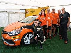 Mělnický automobilový závodník Tomáš Pekař se svým týmem.