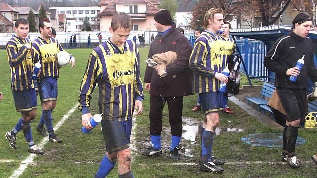 Na dno sil si v sobotním utkání s Lidicemi sáhli fotbalisté FK Kaučuk Kralupy. Není se ani co divit, v utkání prvního s druhým byl ve hře titul podzimního mistra v I. B třídě – skupině A. Na straně soupeře tomu nebylo jinak.
