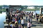 Miřejovický most na Vltavě po roce opět ožije. V sobotu 7. září 2019 se totiž již popáté spojí oba břehy v souvislosti s akcí Happening na starém mostě 2019, při které se budou na dvou pódiích ve Veltrusích a v Nelahozevsi střídat hudebníci mnoha žánrů.