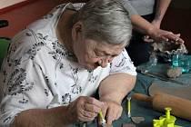 V rámci projektu Generace bez bariér tvořili klienti libišského domu s pečovatelskou službou sv. Jakuba výrobky z keramiky.