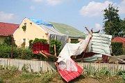 Popadané stromy v mělnickém parku Na Polabí zasáhly v srpnu také několik vozidel.