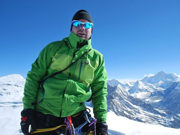 Vrcholu nepálské hory Mera Peak ve výšce 6476 metrů nad mořem dosáhl z původní pětice jen Vít Bradáček, ostatní skolila výšková nemoc.