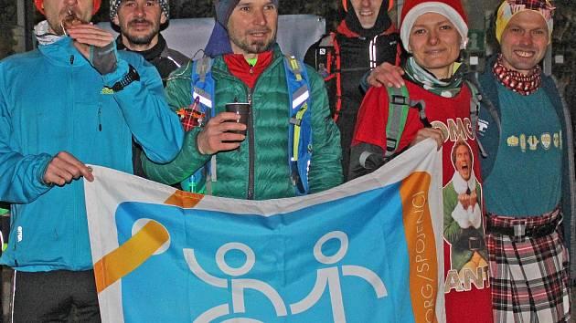 Štědrý den, půl sedmé ráno. Vánoční běh měl start před kralupskou radnicí (pořadatel René Kujan třetí zleva).