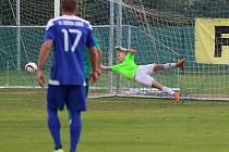 Fotbalisté Libiše (v modrobílém) podlehli na domácím hřišti Hostouni vysoko 0:4.