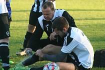 Fotbalisté Sokola Tišice (v zeleném) prohráli domácí zápas 11. kola okresního přeboru s týmem SK Mšeno 2:3.