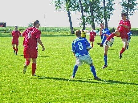 Ačkoliv se na snímku děje pravý opak, byli to fotbalisté Vysoké, kdo si v minulém kole vyskočil na svého soupeře, kterým byly druhé Luštěnice. Jak se povede svěřencům trenéra Václava Řízka ve Skalsku?