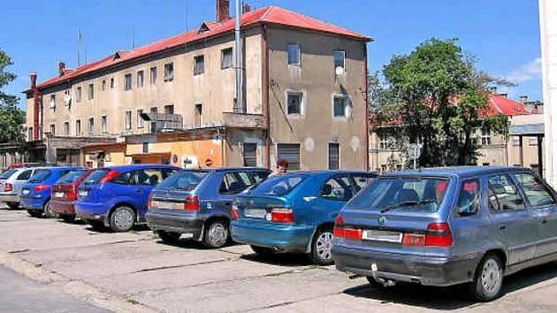 VOLNÉ místo? Sem tam se najde, většinou jsou ale parkovací plochy v areálu mělnické nemocnice plné aut. Změní to poplatky?