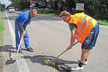 Silnici ve Vysoké Libni opravili chlapy z vesnice
