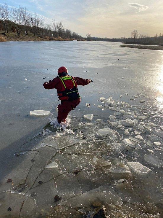 Hasiči si nacvičovali pohyb na tenkém ledě.