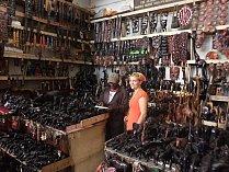 Spisovatelka Hana Hindráková založila Dárky s myšlenkou. Začala nakupovat šperky od skupin žen z chudinských čtvrtí a prodává je v České republice.
