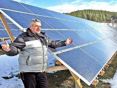 Na konci ledna byla v Bušanovicích na Prachaticku otevřena největší sluneční elektrárna v republice (na snímku je Aleš Korostenský, jednatel firmy, která ji budovala). Ta má výkon 600 kWp.