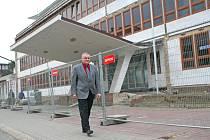 Ředitel mělnického úřadu práce Zdeněk Studený před budoucím sídlem úřadu práce