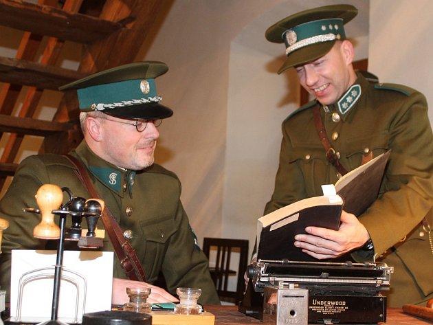 Celníci se představili v dobové kanceláři v rolích příslušníků finanční stráže z časů první republiky.
