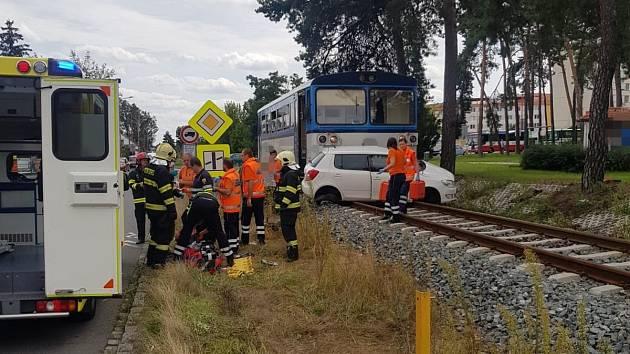 Srážka vlaku s vozidlem na přejezdu přerušila provoz mezi Neratovicemi a Brandýsem nad Labem.