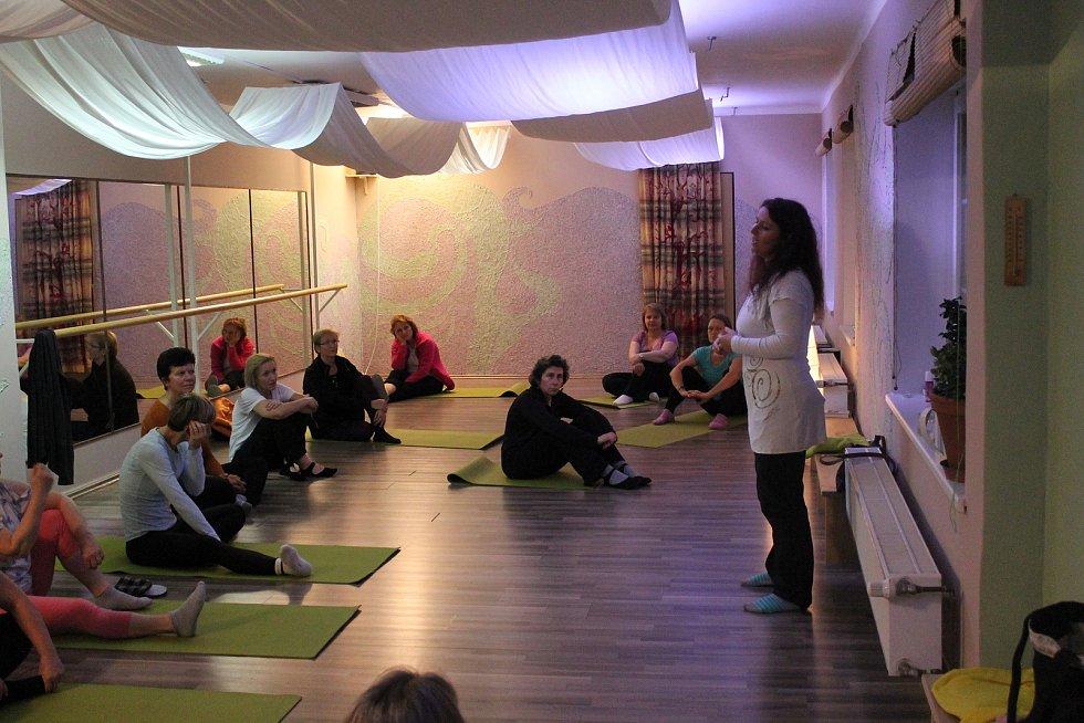 V mělnickém studiu I.N. Spirace proběhla úvodní lekce čínského cvičení čchi-kung, které je založené na správném dechu a optimálním proudění energie v těle.
