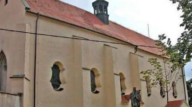 KOSTEL. Kostel svatého Vavřince na Pšovce, který před pěti lety zaplavila velká voda, stíhá rána za ranou.   Zloděj zmizel  s cenným zvonem.