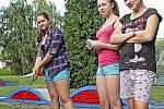 Spolužačky ze střední přijely do kempu strávit část prázdnin, zahrály si přitom minigolf.