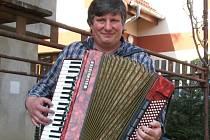 Václav Hruška z Neratovic hraje na obě harmoniky, tahací i foukací, na trubku a kytaru. A samozřejmě zpívá.