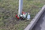 I týden po smrti čerpadlářky lidé ze širokého okolí nosí na místo tragédie květiny a zapalují svíčky.