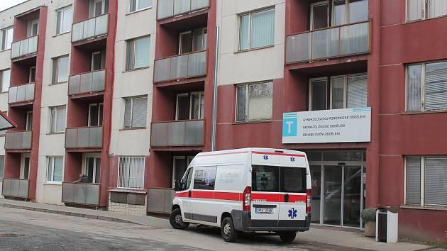 Po necelých sedmi týdnech provozu v náhradních podmínkách se porodnické a neonatologické oddělení mělnické nemocnice vrátilo na své původní místo.