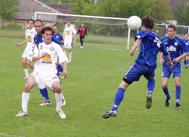 Z divizního utkání Libiš (v modrém) - Kladno B (3:4).
