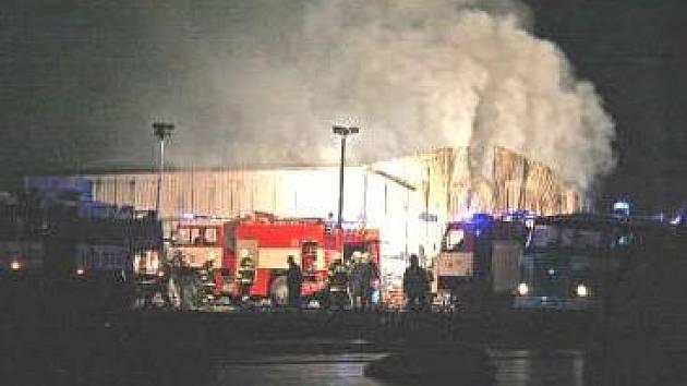 Dovnitř do hořící haly hasiči nesměli, přestože měli dýchací přístroje, hrozilo totiž úplné zřícení propadlé střešní konstrukce. Hasili proto otvory v plášti haly, které si vytvořili.
