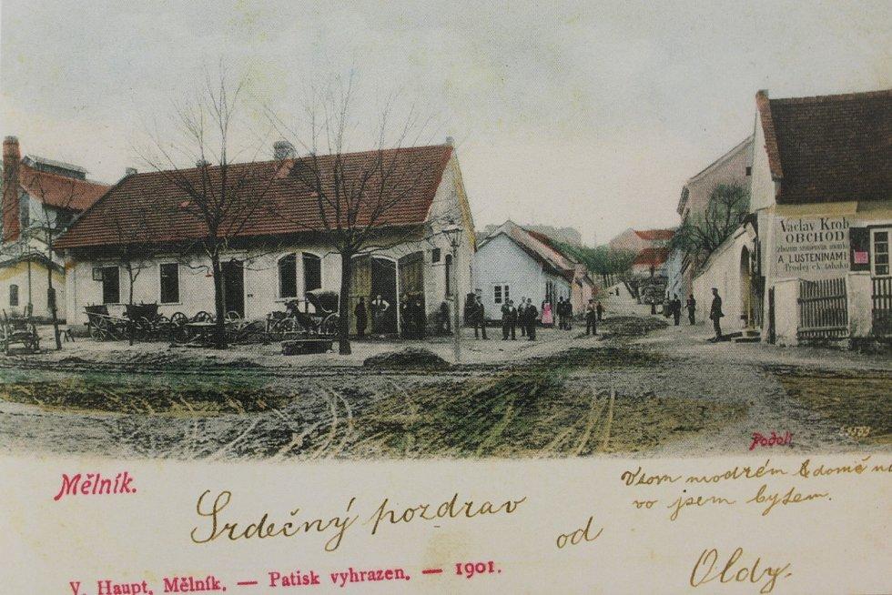 Pohled z Bezručovy ulice do ulice Vodárenské směrem do kopce do centra města z roku 1901. V popředí vlevo stojí kovárna, kde v době vzniku fotografie řemeslo provozoval kovář Čeněk Hrdlička.