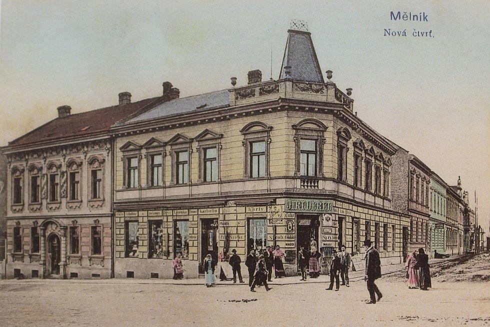 Dům na rohu ulic Pražská a Jiráskova si nechal v roce 1898 postavit obchodník Jiří Derfl. Pohlednice je z roku 1905.