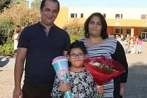 Tamara Holubová je od včerejška žákyní první třídy. Do školy ji doprovodili rodiče,   maminka Nikola a tatínek Josef.