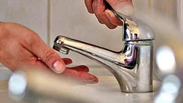 Že by lidé z Mělnicka pili závadnou vodu, podle dodavatele nehrozí. Pokud však nastoupí silná vlna veder, může se stát, že bude kapalina vytékající z kohoutků zakalená následkem zvýšené koncentrace železa.