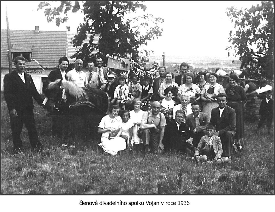 Členové divadelního spolku Vojan v roce 1936.