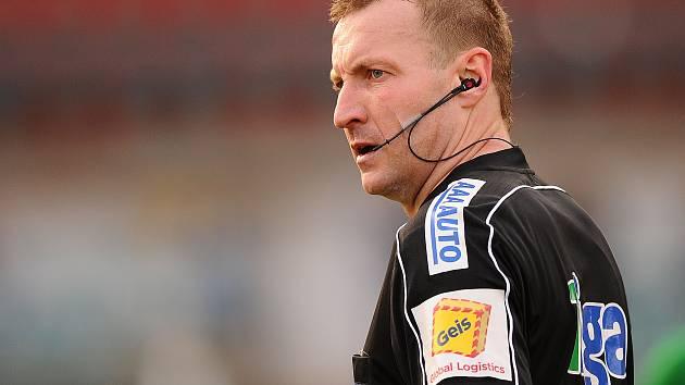 Rozhodčí Milan Matějček během své premiéry v nejvyšší soutěži.