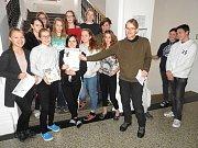 Zástupci Regionálního muzea Mělník předali vítězům hodnotné ceny přímo ve školách.