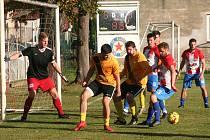 Fotbalisté SK Slavia Velký Borek (ve žlutém) prohráli v domácím prostředí důležitý zápas s předposledním Bakovem 1:3, v tabulce B skupiny I. B třídy tak po jedenácti kolech zůstávají poslední.